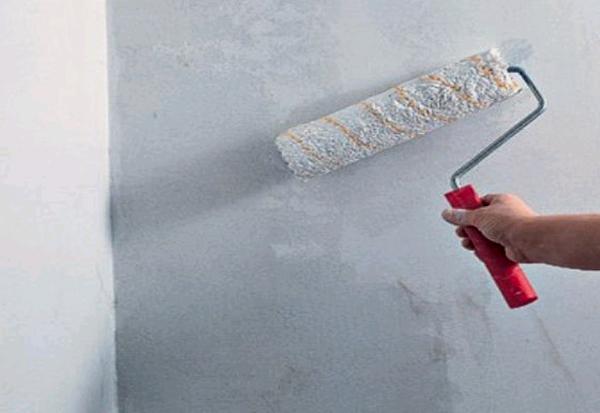 покрытие стен слоем грунтовки