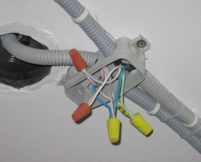 Проводка проводом под потолком амстронг