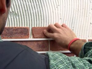 технология укладки декоративного камня стену