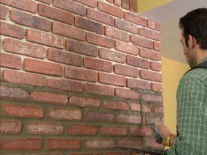 Замазка швов декоративного камня на стене