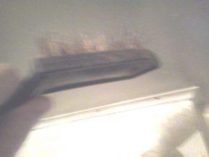 Как снять побелку с потолка, снятие побелки с потолка металлической щеткой -min