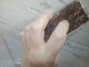 Как снять побелку с потолка, снятие побелки с потолка наждачной бумагой