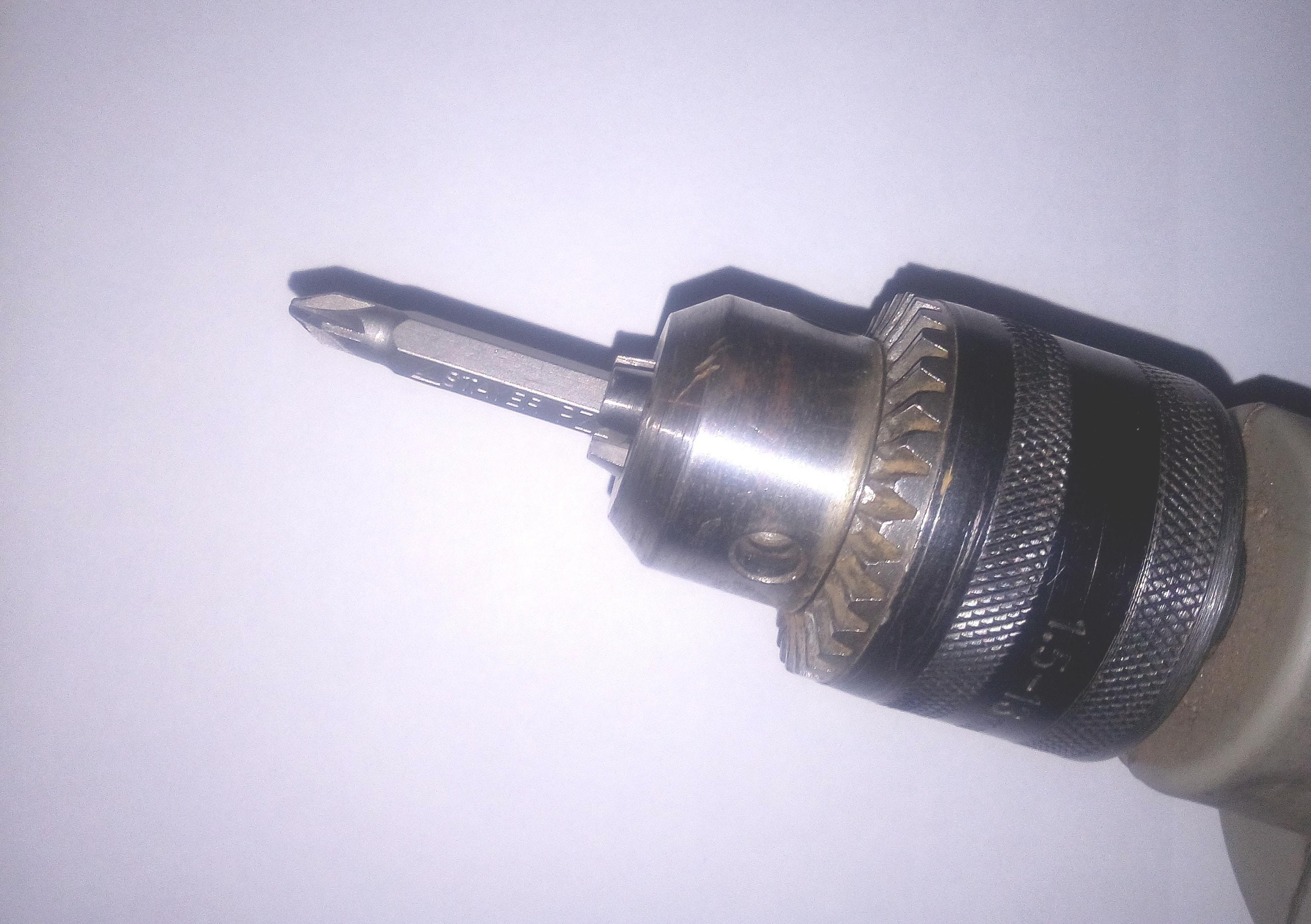 Закрепляем биту в патроне электродрели