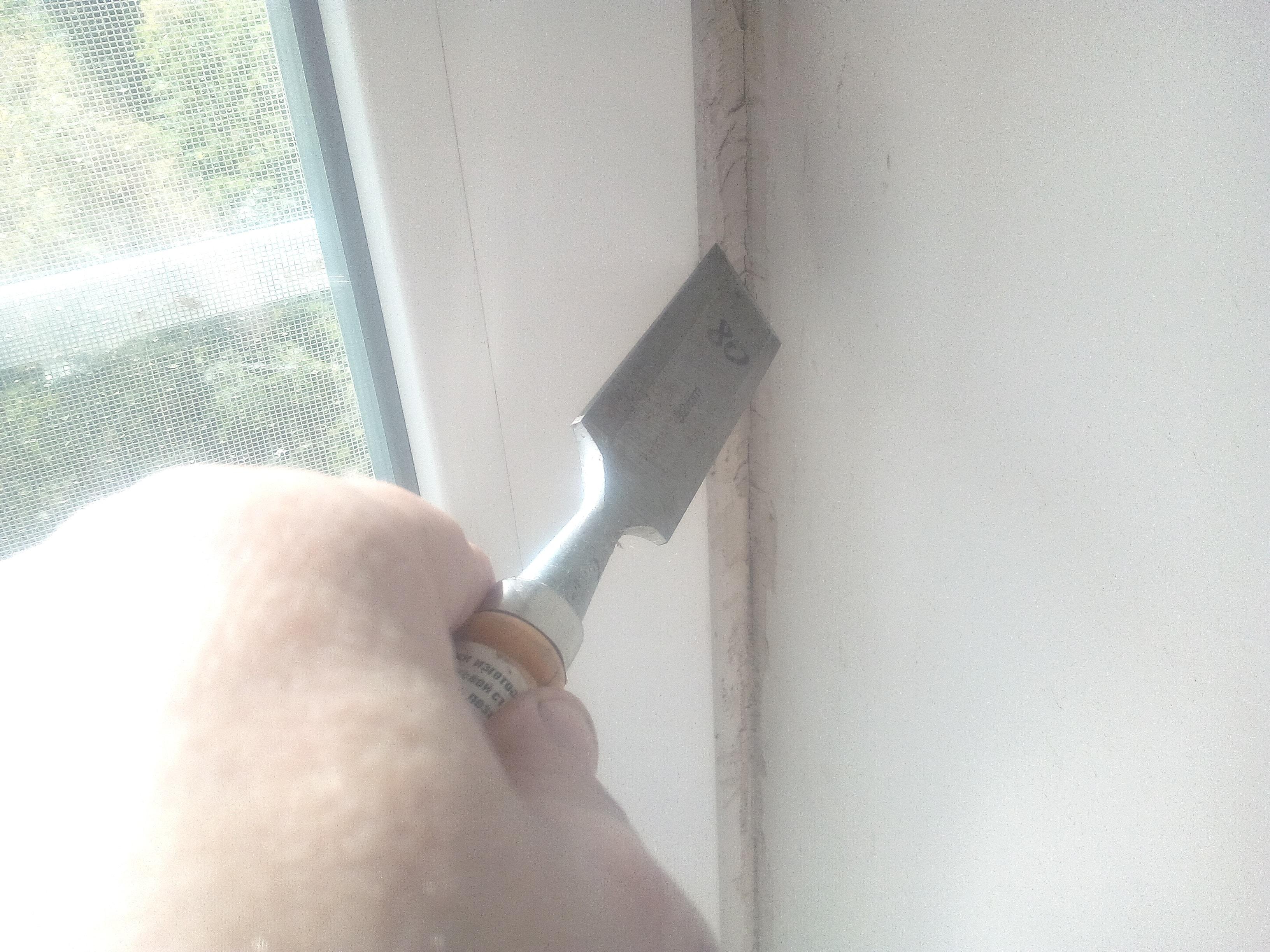 Как отмыть окна после ремонта в квартире, Как-отмыть-окна-после-ремонта-в-квартире-очистка-стамеской.jpg
