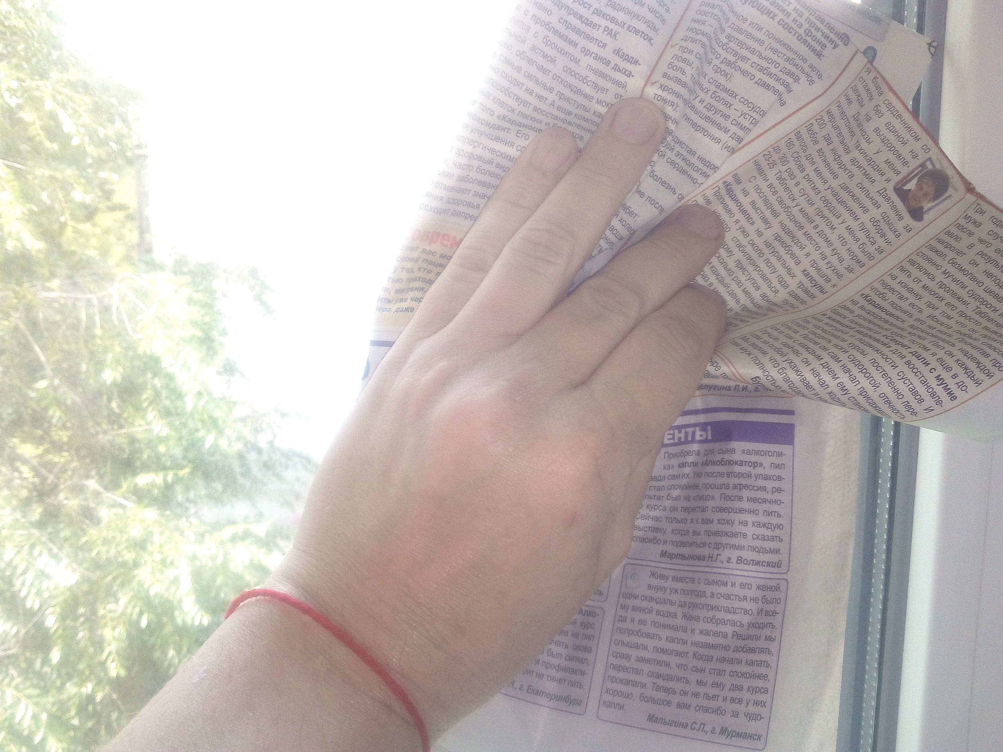 Как-отмыть-окна-после-ремонта-в-квартире-очистка-стекла-газетной-бумагой-.jpg