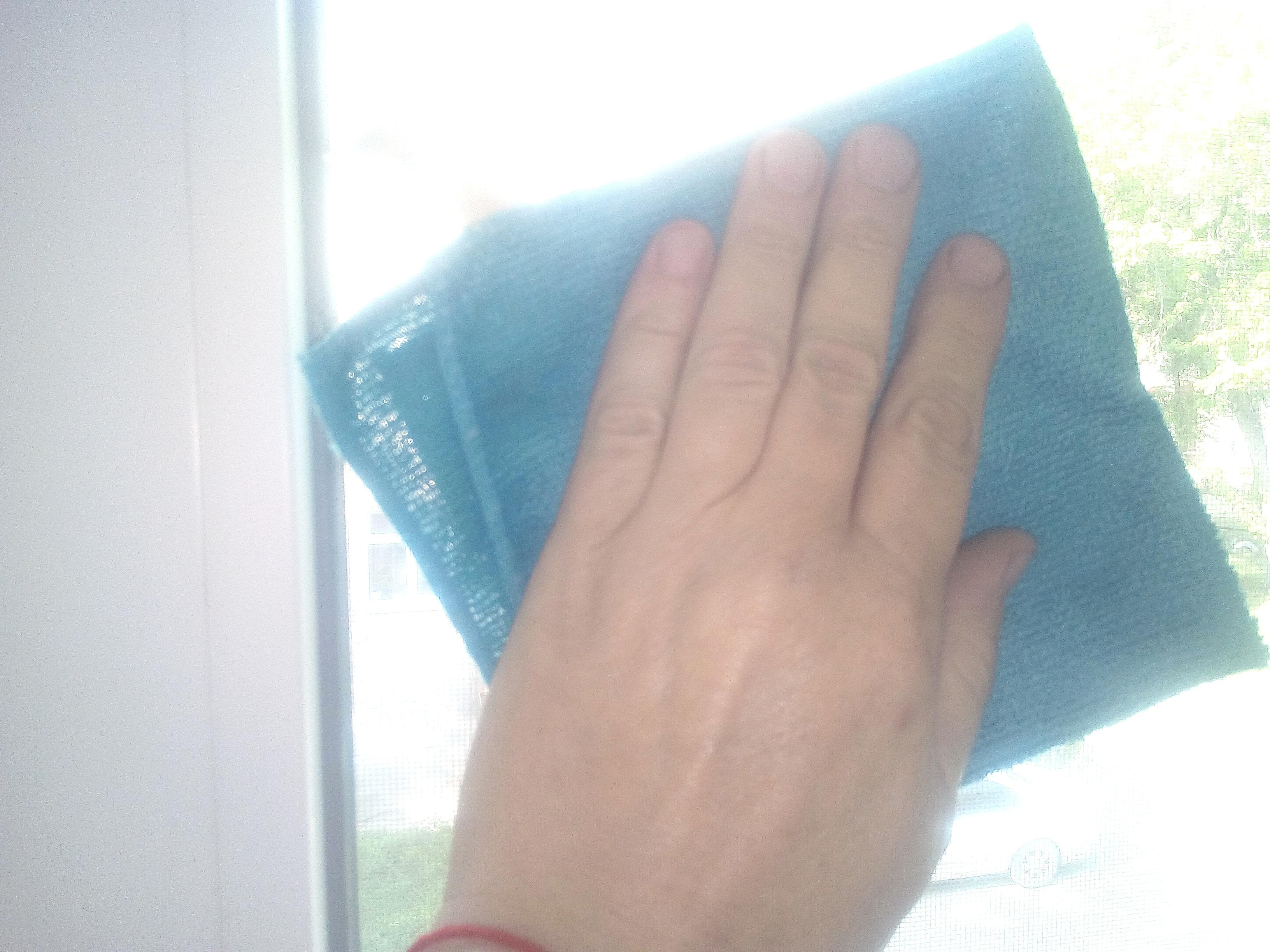 Очистка стекла тряпкой