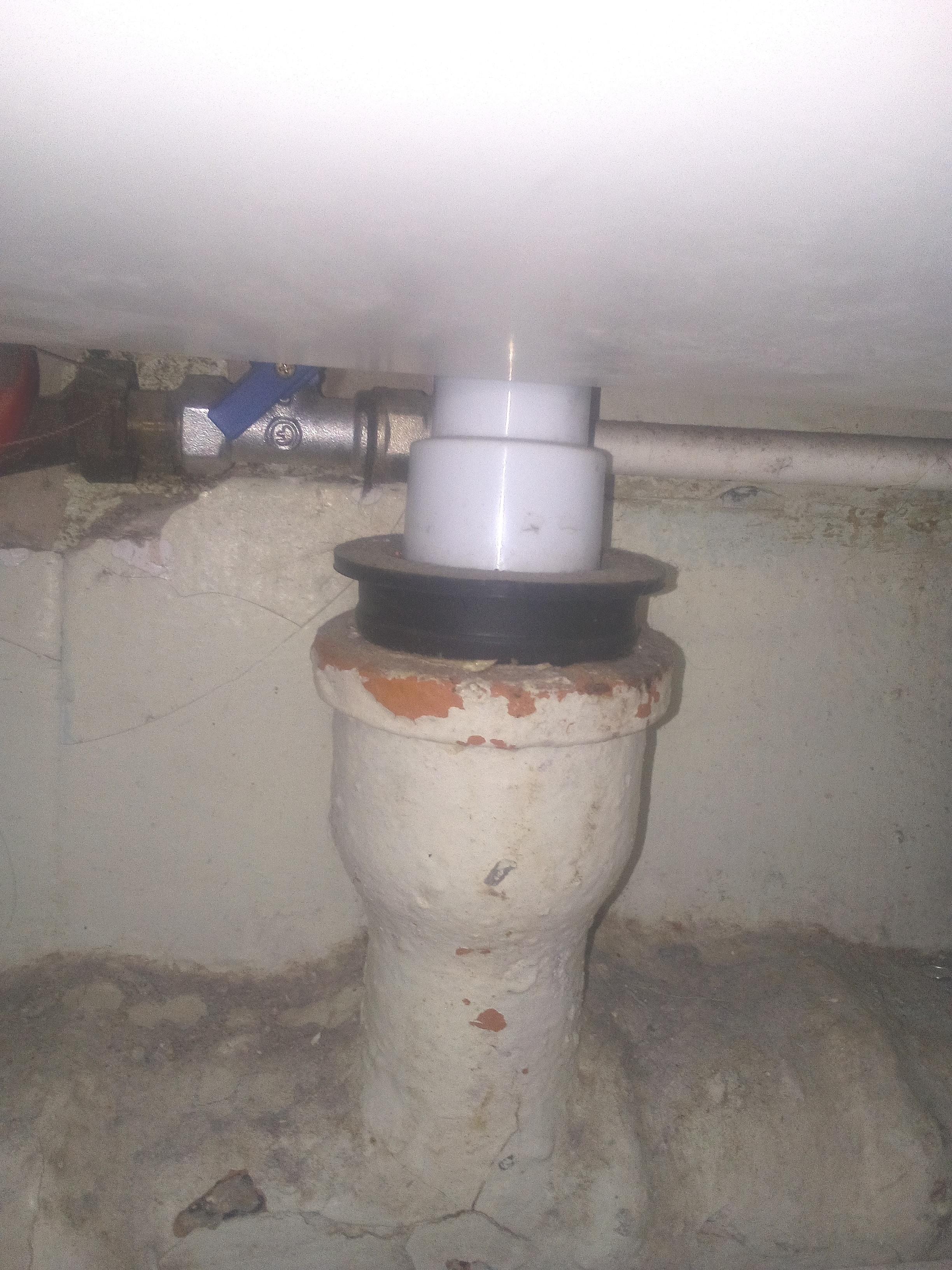 подсоединение-сифона-к-сливной-трубе-канализации.jpg