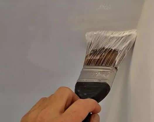 Покраска ДВП на потолке кистью