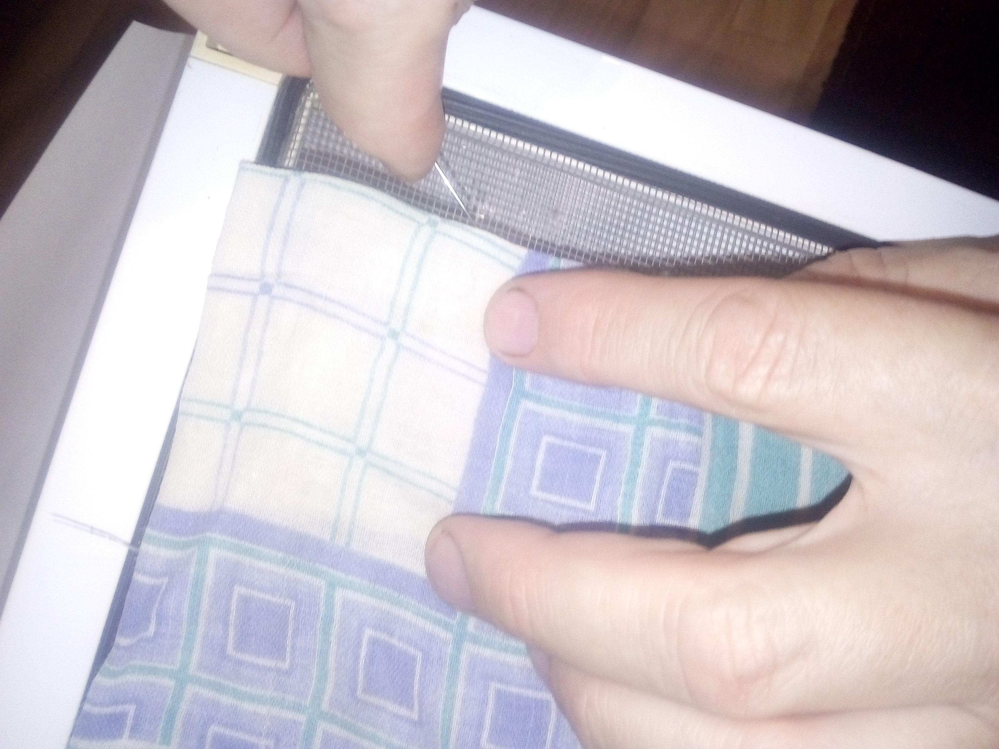 Ремонт-сеток-на-пластиковые-окна-своими-руками-пришивание-куска-ткани-на-дыры-в-сетке-min.jpg